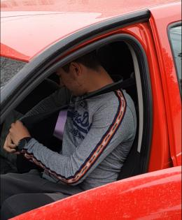 Ognjen Mačužić demonstrating the use of the seatbelt